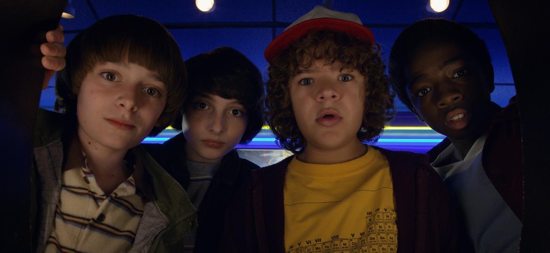 """Will (Noah Schnapp), Mike (Finn Wolfhard), Dustin (Gaten Matarazzo) e Lucas (Caleb McLaughlin) em cena do trailer da segunda temporada de """"Stranger Things"""" - Divulgação/Netflix"""