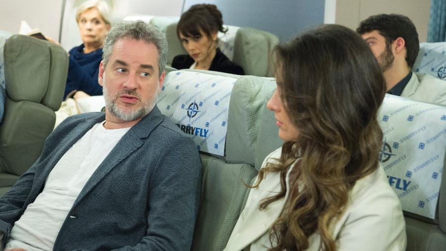 """Irene (Débora Falabella) observa Joyce ( Maria Fernanda Cândido) e Eugênio (Dan Stulbach) em """"A Força do Querer"""" - Estevam Avellar/TV Globo"""