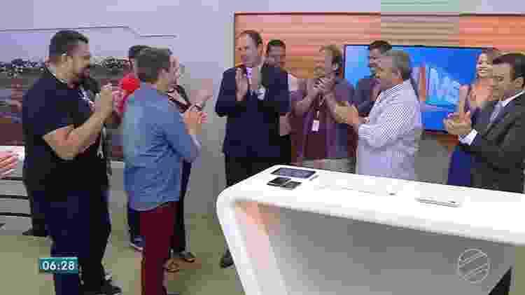 """Ginez Cesar é aplaudido pela equipe do """"Bom Dia MS"""" em sua despedida da TV Morena, afiliada da Globo - Reprodução/TV Globo - Reprodução/TV Globo"""