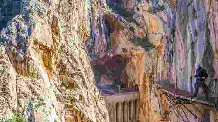 Turista caminha por trecho estreito do Caminito del Rey, no sul da Espanha - Getty Images - Getty Images