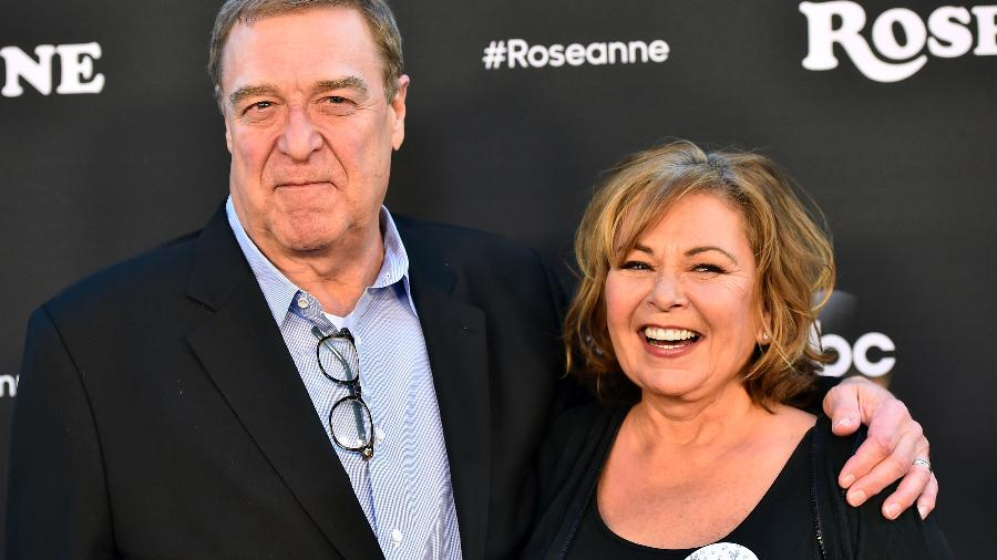 Roseanne Barr com John Goodman, parceiro de série - Getty Images