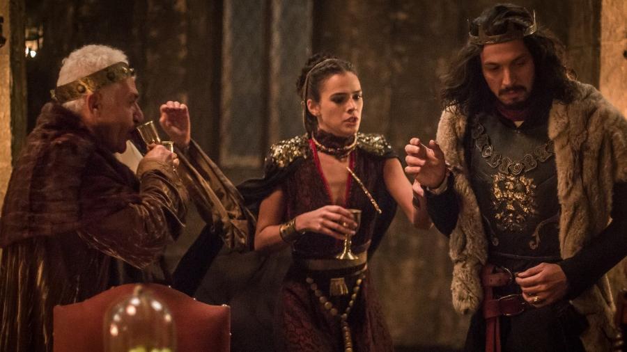 """Catarina salva a vida de Afonso em """"Deus Salve o Rei"""" - Reprodução/GShow/Deus Salve o Rei"""