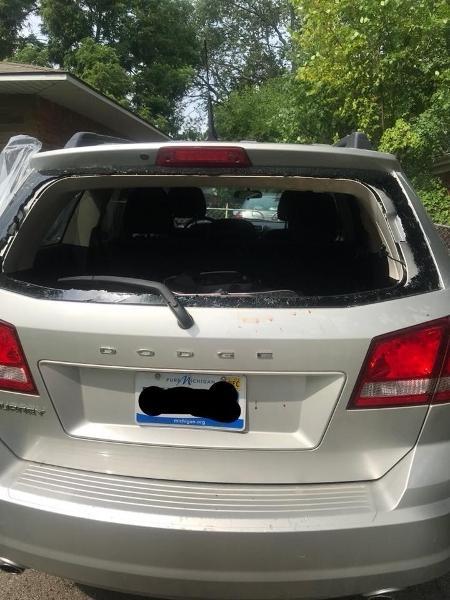 Imagem do carro com vidro traseiro estilhaçado - Reprodução/Facebook