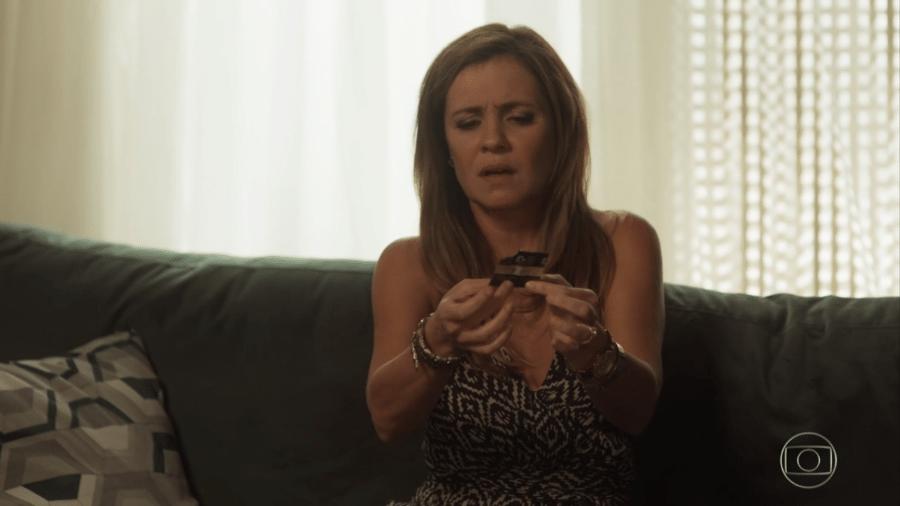 Laureta (Adriana Esteves) encontra embalagem de preservativo - Reprodução/Globo