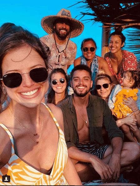 Agatha Moreira em foto com a família de Rodrigo Simas - Reprodução/Instagram