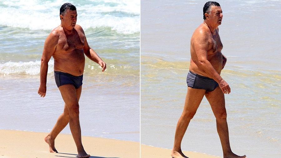 De sunga, Arnaldo Cezar Coelho caminha pela orla da praia de Ipanema no Rio  - JC Pereira/AgNews