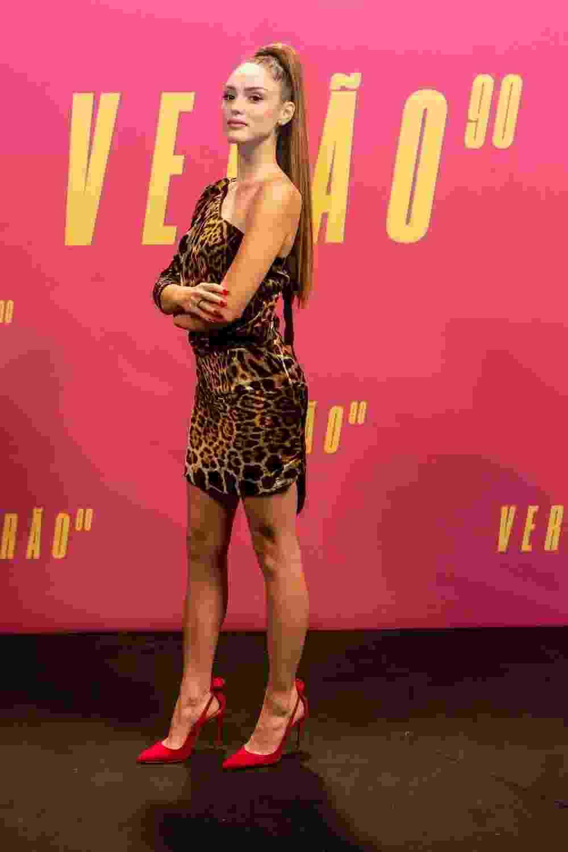 Isabelle Drummond, protagonista da trama, usou um animal print, ou o popular oncinha, da Yves Saint Laurent, no lançamento da trama, além de um aplique enorme - Isabella Pinheiro/Globo