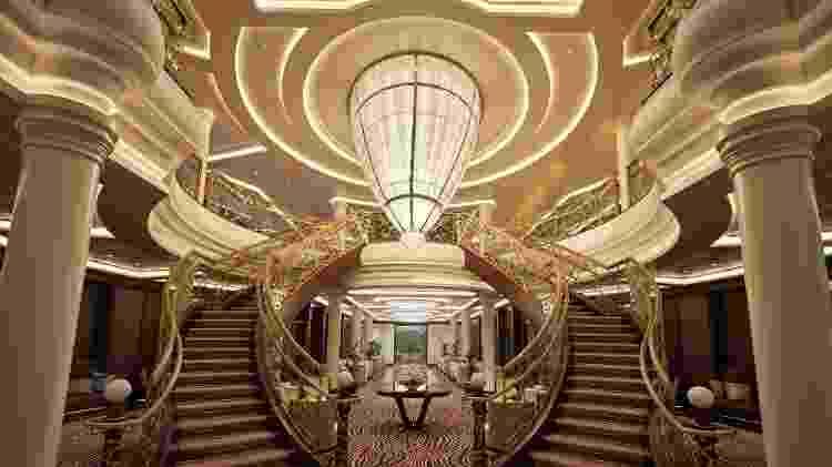 Lobby do navio Explorer é decorado com um lustre feito com6.000peças de cristal octogonais encaixadas à mão - Divulgação/Regent Seven Seas - Divulgação/Regent Seven Seas