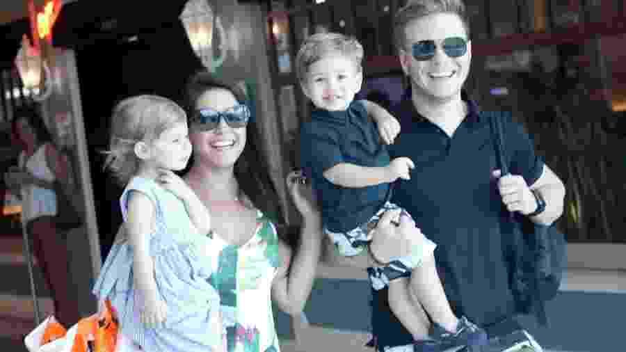Thais Fersoza e Michel Teló aproveitam domingo de folga e passeiam no shopping com os filhos Melinda e Teodoro - J.Humberto/AgNews