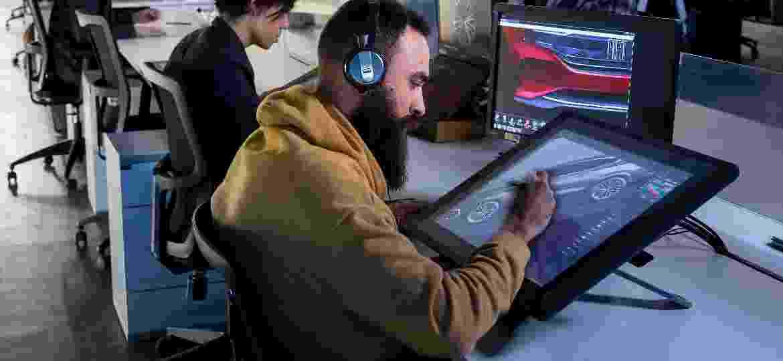 Profissionais no  Design Center Latam da FCA trabalham no visual e na usabilidade dos produtos da montadora - Divulgação