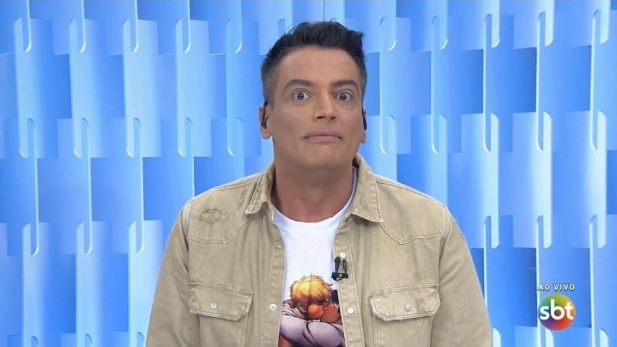 Leo Dias usa no Fofocalizando camiseta com o beijo gay alvo de repúdio de Marcelo Crivella, prefeito do Rio de Janeiro - Reprodução/SBT
