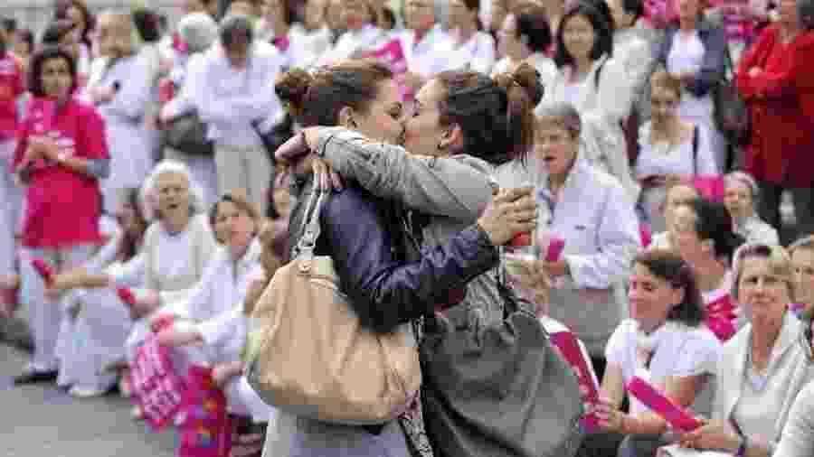 Mulheres se beijam em frente a protesto contra o casamento gay, em Marselha, em foto de 2012 - AFP