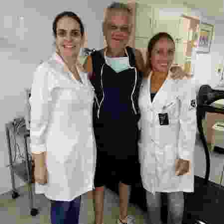 Renato e fisioterapeutas durante o tratamento - Arquivo pessoal