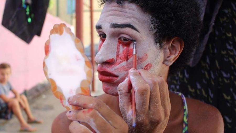 Integrante do projeto Cria faz maquiagem - Divulgação