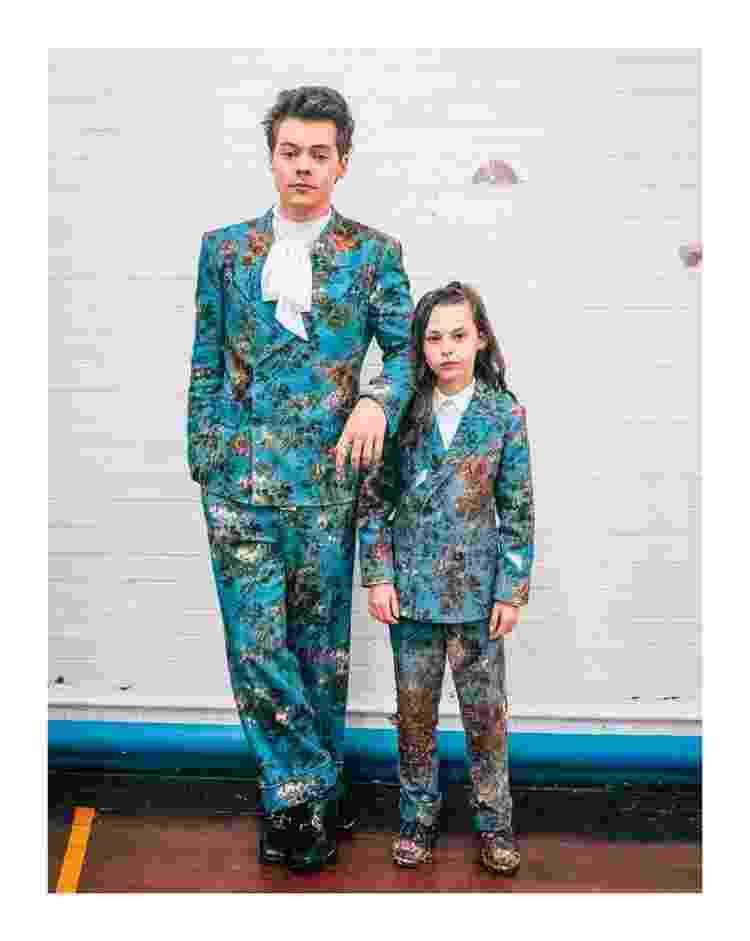 """Harry Styles usando a gravata no mesmo estilo para a gravação do videoclipe """"Kiwi"""" com look da Gucci, assinado por Alessandro Michele - Reprodução/Instagram - Reprodução/Instagram"""