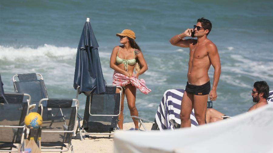 23.jul.2021 - Carol Peixinho e André Martinelli na praia da Reserva, no Rio de Janeiro - Delson Silva / AgNews