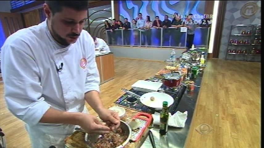 15.set.2015 - Raul se apressa ao perceber que Izabel já está com os pratos montados e sua entrada ainda não está pronta