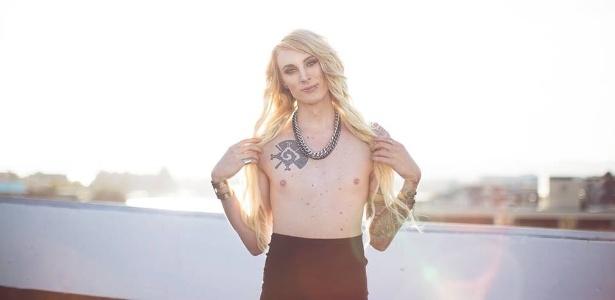 Courtney decidiu protestar contra a censura aos mamilos femininos - Reprodução/Facebook