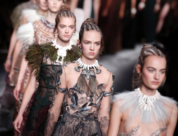 Modelos brancas desfilaram pela Valentino usando tranças embutidas em coleção inspirada na África - AFP