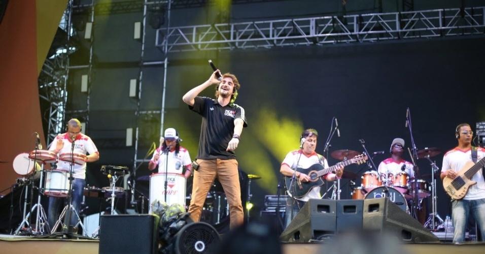 23.jan.2016 - A banda Fica Comigo agita o público do CarnaUOL, que acontece no Urban Stage, em São Paulo. A edição no Rio de Janeiro acontece dia 05 de fevereiro