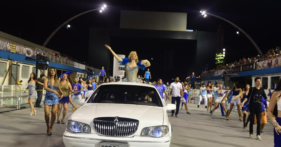 25.jan.2016 - A Nenê de Vila Matilde fez seu ensaio técnico no sambódromo do Anhembi, em São Paulo, na noite de domingo (24). A atriz Claudia Raia, homenageada da escola no Carnaval 2016, cruzou a avenida a bordo de uma limusine