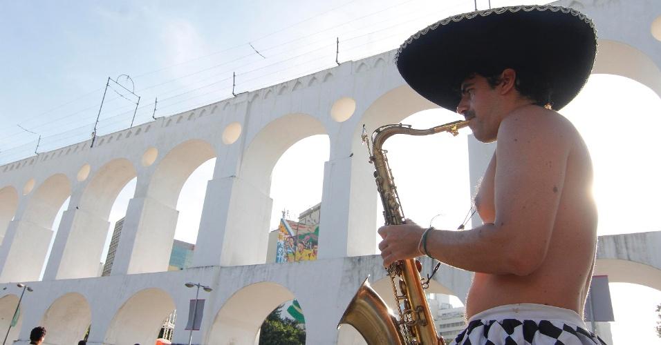 O Arcos da Lapa, no Rio de Janeiro, servem de cenário para o desfile do bloco Cordão do Boitatá
