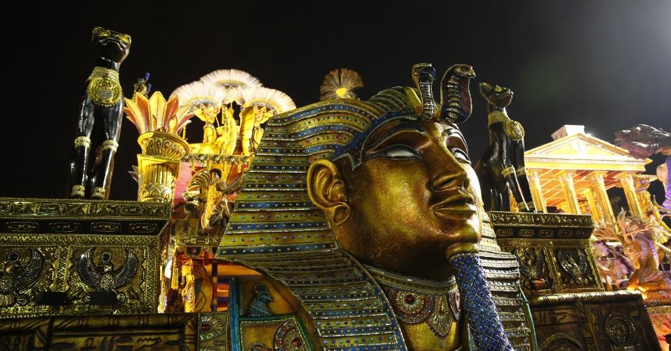 6.fev.2016 - Carro alegórico da Águia de Ouro, terceira escola a entrar na avenida na primeira noite do Carnaval de São Paulo
