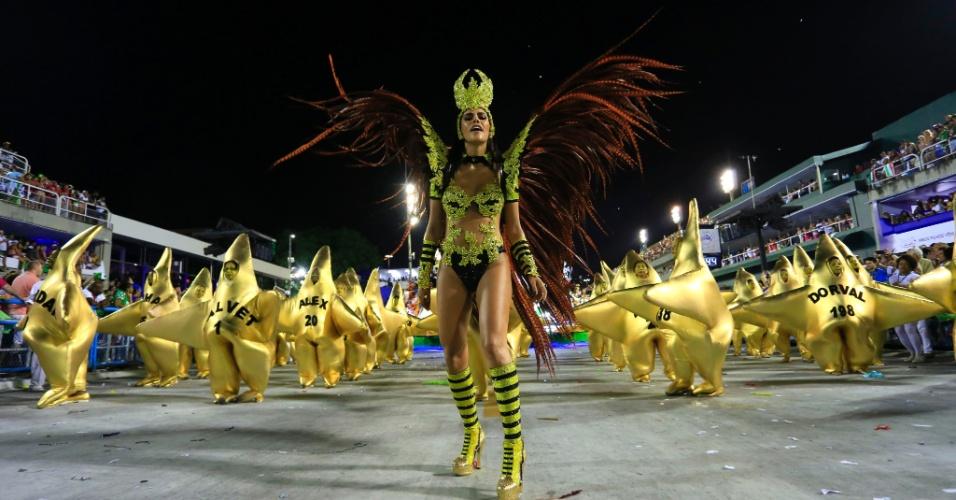 8.fev.2016 - Dani Albuquerque samba e brilha como destaque da Grande Rio, que desfilou na madrugada desta segunda-feira