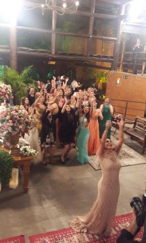Gretchen joga o buquê em seu casamento com o empresário português Carlos Marques