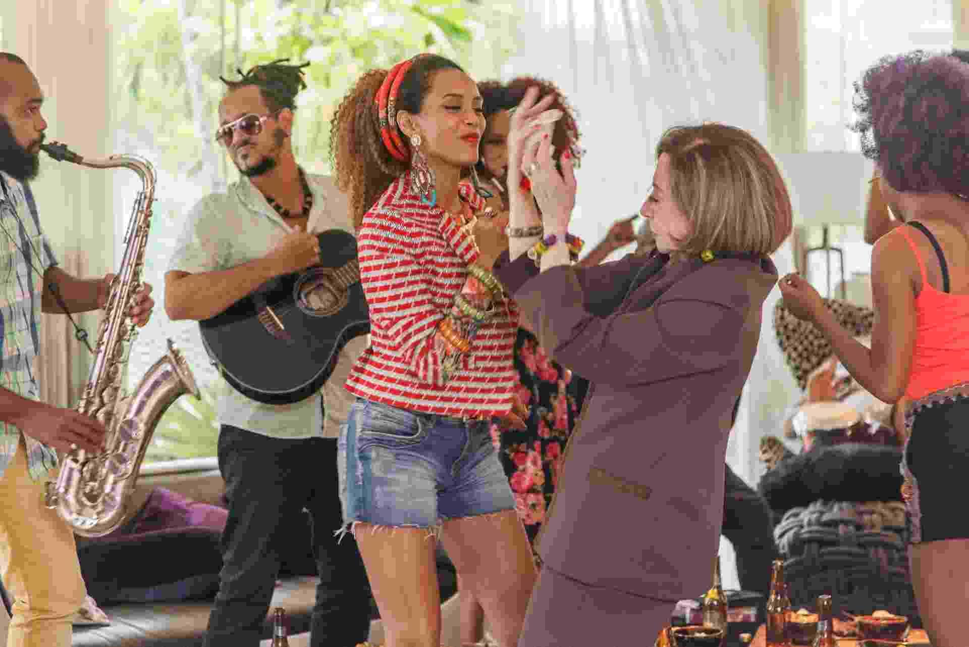 """18.mai.2016 - Fernanda Montenegro grava participação especial em """"Mister Brau"""" como Rosita, mãe de Gomes (Kiko Mascarenhas) - Artur Meninea/TV Globo"""
