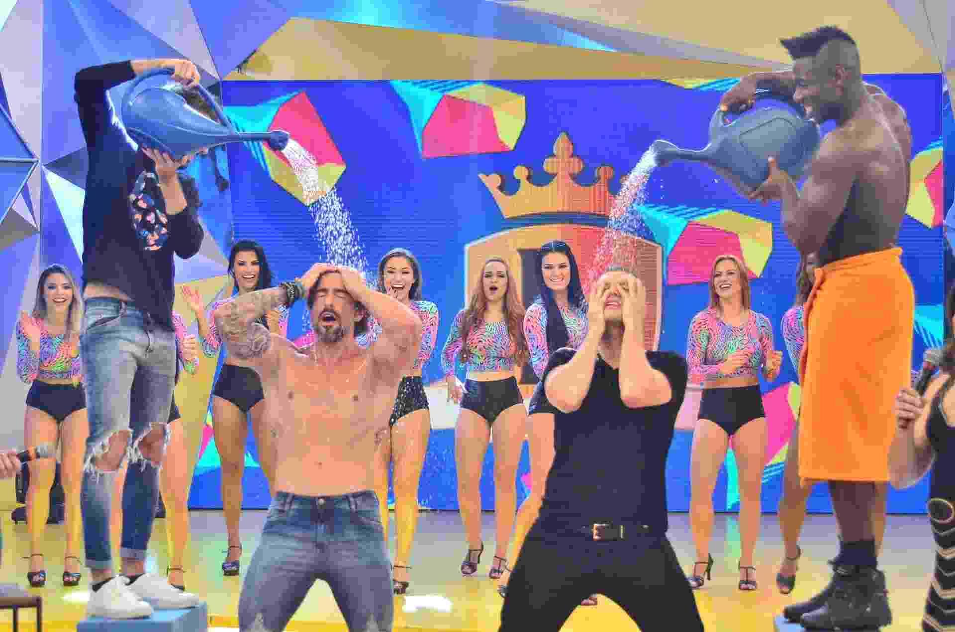 """12.jul.2016 - Marcos Mion sensualizou com Nick Carter, dos Backstreet Boys, em gravação do """"Legendários"""". O apresentador tirou a camisa, tomou banho de regador e lembrou o clipe """"Quit Playing Games"""", em que os cinco Backstreet Boys fazem caras e bocas na chuva. O programa com o cantor norte-americano irá ao ar em 30 de julho na Record - Antonio Chahestian/Record"""