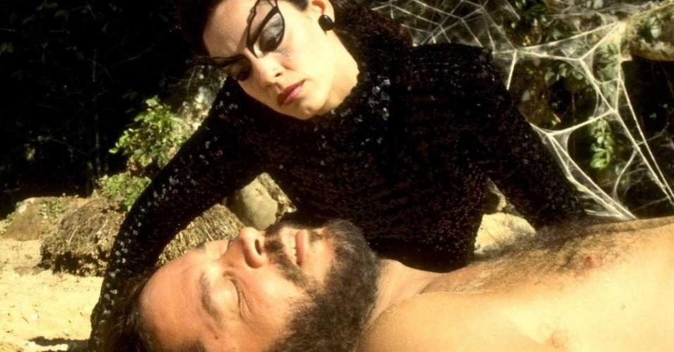 """Os atores Sônia Braga e Raúl Juliá em cena do filme """"O Beijo da Mulher-Aranha"""", de Hector Babenco"""