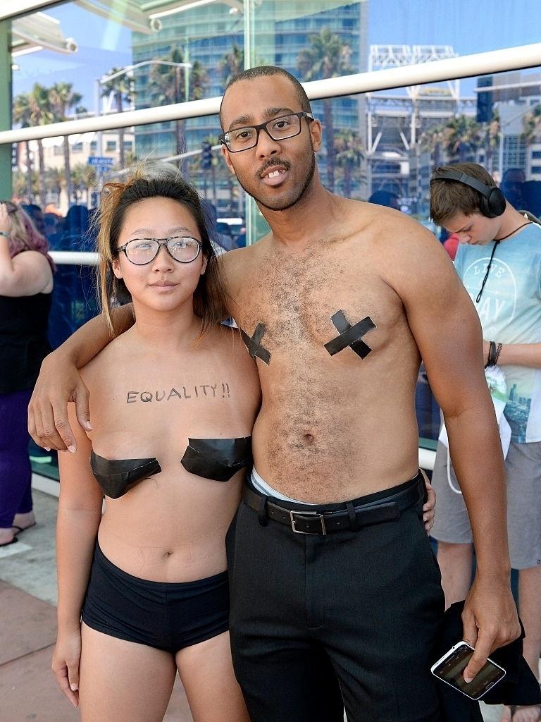 21.jul.2016 - Os ativistas Anni Ma e Michael Brown pedem igualdade e
