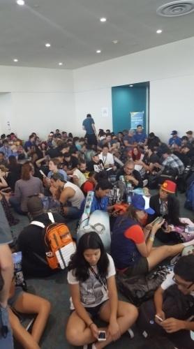 24.jul.2016 - Público lota saguão na Comic-Con à espera de lançamento de Pokémon lendário, o que não aconteceu