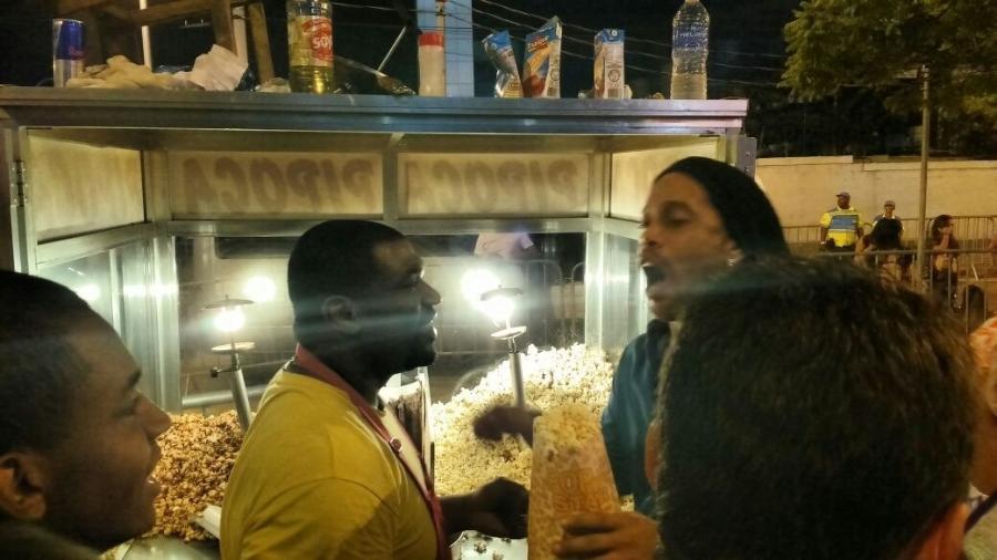 Tietado, Ronaldinho compra pipoca na saída do Sambódromo e vira cliente VIP