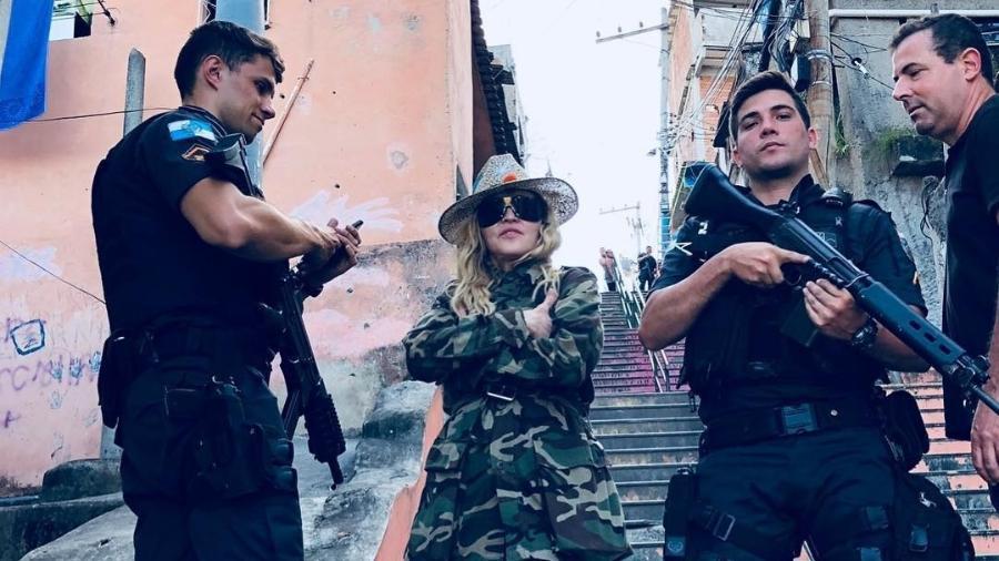 Madonna posa com policiais armados no Morro da Providência, no Rio - Reprodução/Instagram