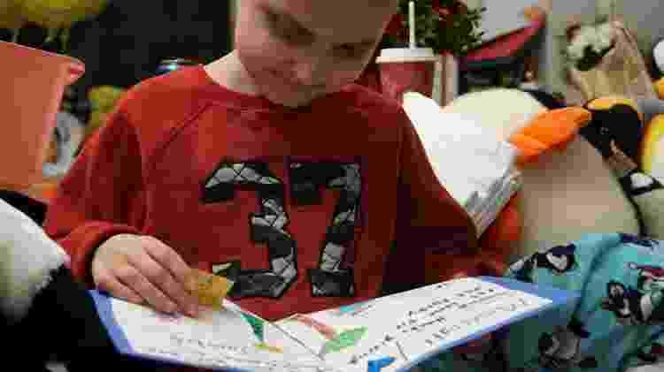 Jacob Thompson lê alguns dos cartões natalinos que recebeu de desconhecidos - Reprodução/Facebook - Reprodução/Facebook