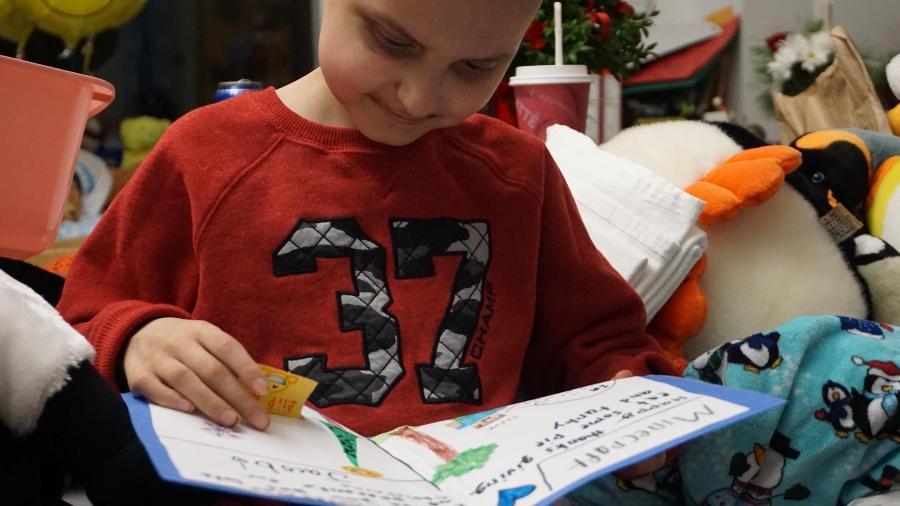 Jacob Thompson lê alguns dos cartões natalinos que recebeu de desconhecidos - Reprodução/Facebook