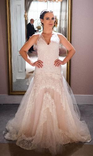 Clara (Bianca Bin) usa vestido de noiva decotado para se casar com Renato