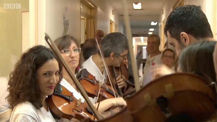 A orquestra de voluntários que leva música a pacientes terminais - BBC