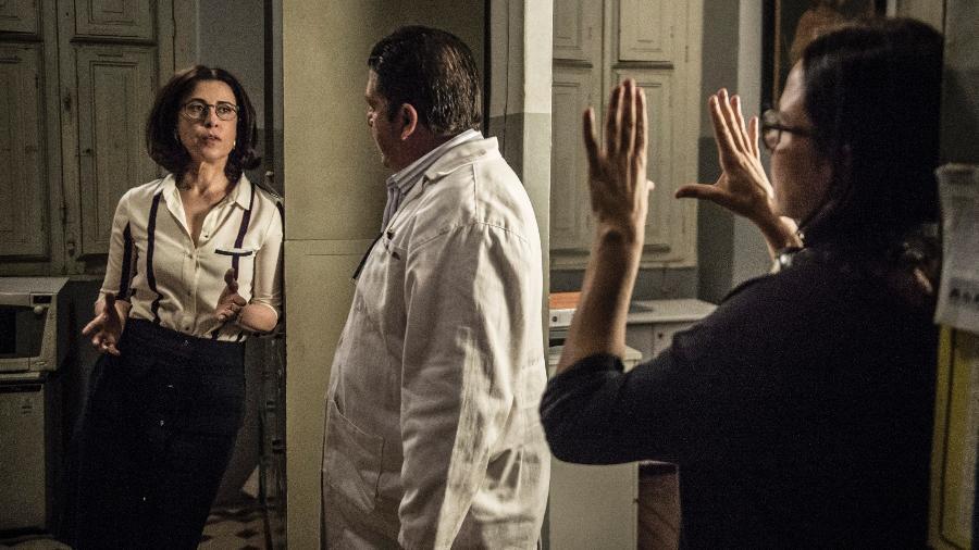 Samuel ( Stephan Nercesian ) estranha uso de proteses de titânio no hospital e questiona Renata ( Fernanda Torres )  - Maurício Fidalgo/TV Globo