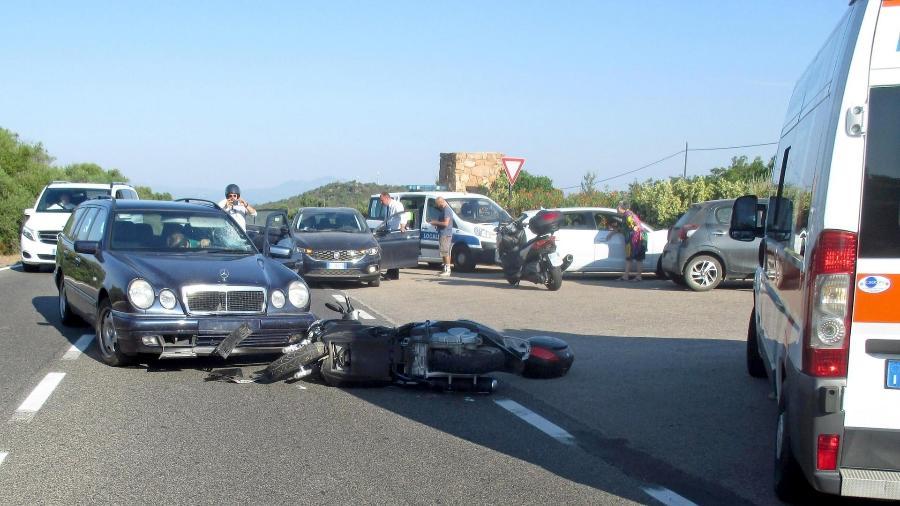 Foto do acidente entre a moto de George Clooney e uma Mercedes na Sardenha, na Itália - Polícia de Olba/Divulgação