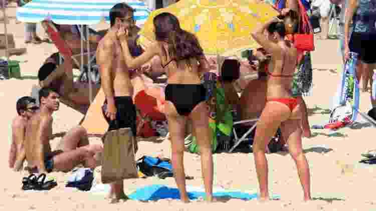 Bruna Linzmeyer com a namorada e amigos na praia - JC Pereira/AgNews - JC Pereira/AgNews