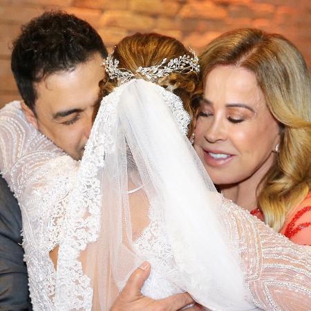 Zilu e Zezé Di Camargo abraçam a filha Camilla - Manuela Scarpa/Brazil News