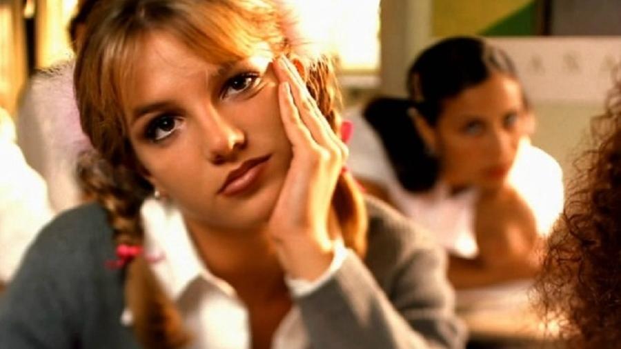 """Britney Spears em cena do clipe """"...Baby One More Time"""" - Reprodução"""