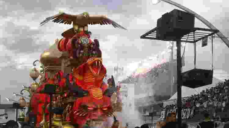 Desfile da Gaviões da Fiel teve o tradicional gavião em dourado - Ricardo Matsukawa / UOL - Ricardo Matsukawa / UOL