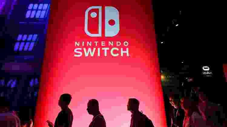 Fãs passam por logo do Nintendo Switch durante a E3 2019 - Frederic J. Brown/AFP - Frederic J. Brown/AFP