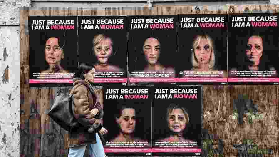 """""""Só porque eu sou uma mulher"""", série de obras do artista aleXsandro Palombo, em que retrata algumas das mulheres protagonistas da política mundial como vítimas de violência de gênero, no centro de Milão - Miguel MEDINA / AFP"""