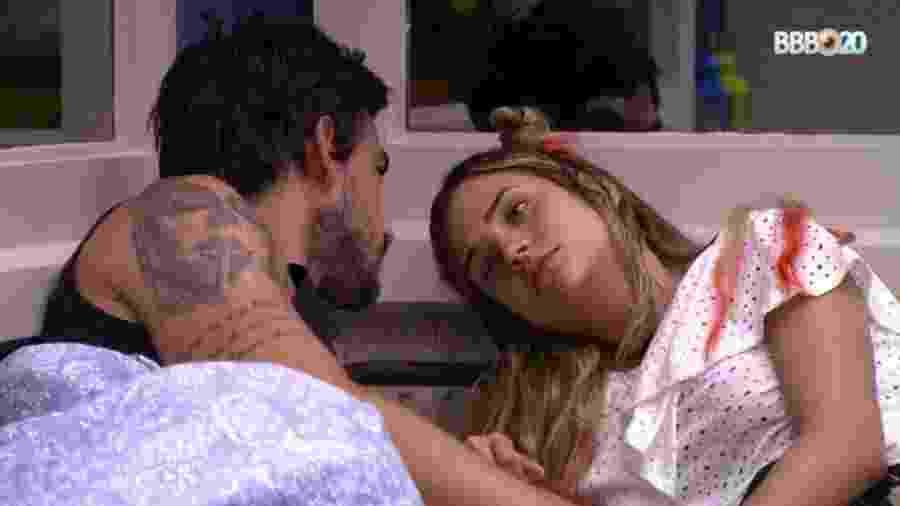 Gabi e Guilherme conversam no quarto vila - Reprodução/GlobosatPlay