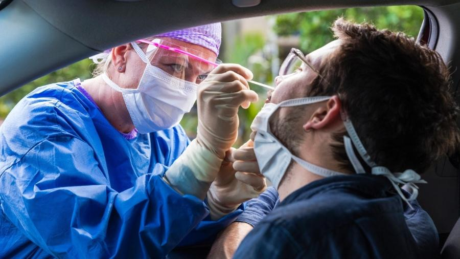 Profissional de saúde faz coleta para teste de covid-19 - iStock